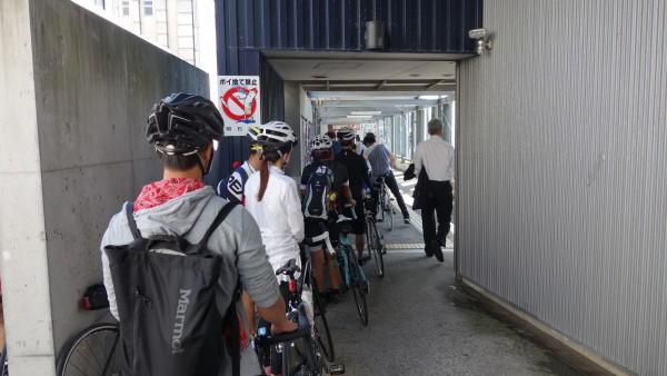 淡路島へ渡るサイクリストの列。自転車は淡路島の大きな産業の一つになるかもしれませんね。