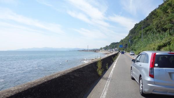 徐々に道幅のせまくなってきた国道28号。こうなると交通弱者の自転車は苦しいです。