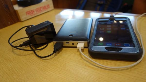 まずはカメラと携帯電話の充電から。モバイルバッテリー(RAVPower)が大活躍です!