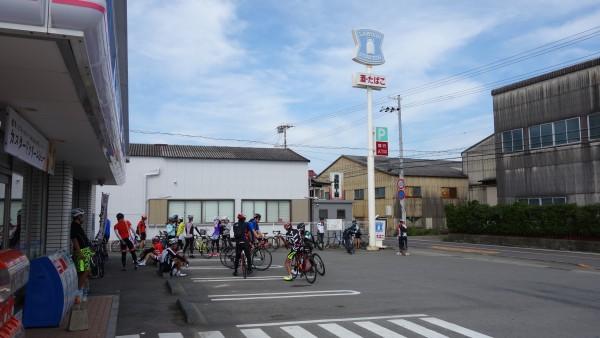 サイクリスト大集合のコンビニ。別に特段の理由は無いんですがこういうのが風水的な問題なんでしょうか?
