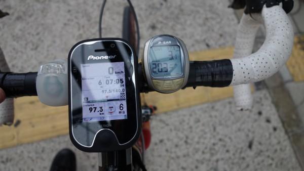 友人のサイクルコンピューターは走行距離97.3KMをさしています。道の駅淡路から数キロ走り100KMを越えました!