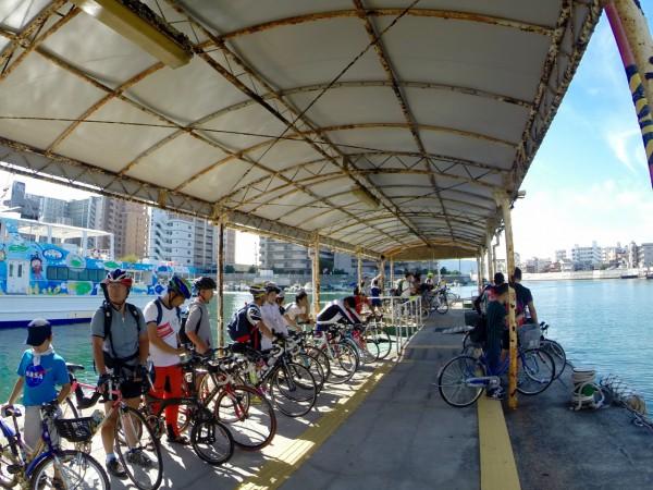 桟橋でフェリーを待つサイクリストたち。左から三人目がbD-1と筆者。