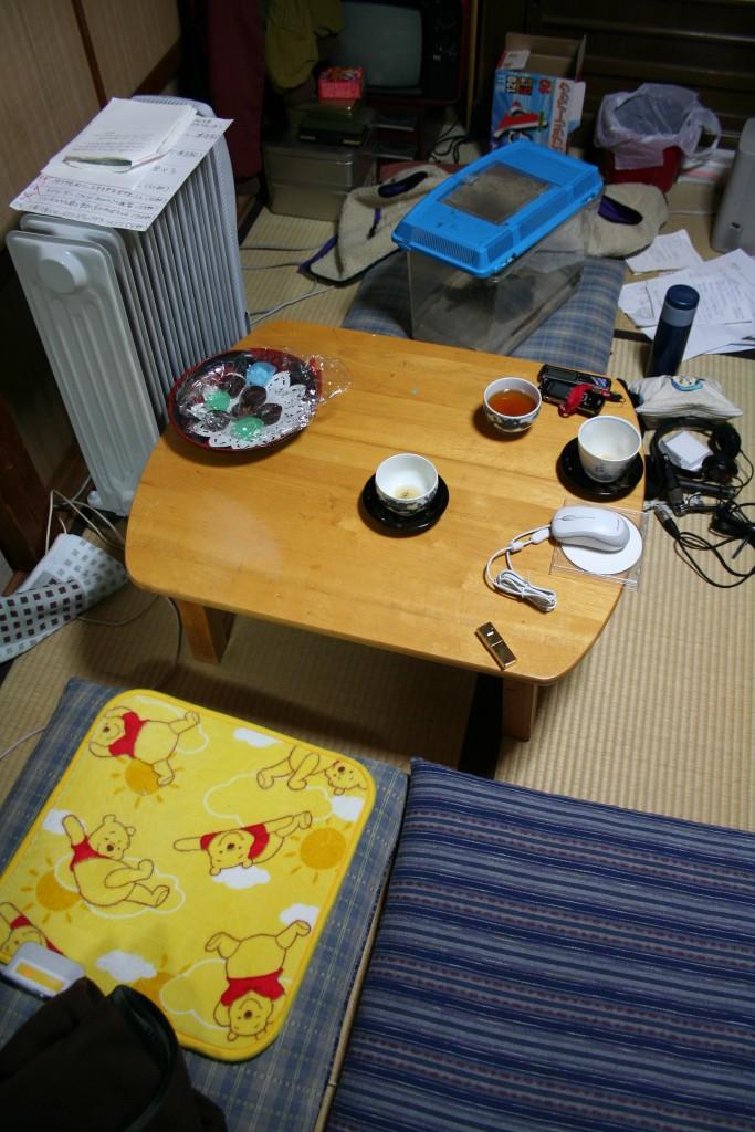 JOBBB試験放送時のスタジオ。デスクはちゃぶ台で!