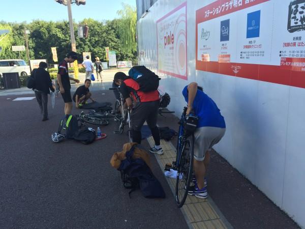 出発地では急いで自転車を組み立てる必要があります@JR明石駅前