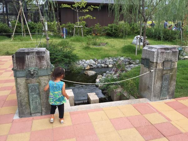 園内に橋が!絲櫻橋の親柱を移築したのでしょうか?
