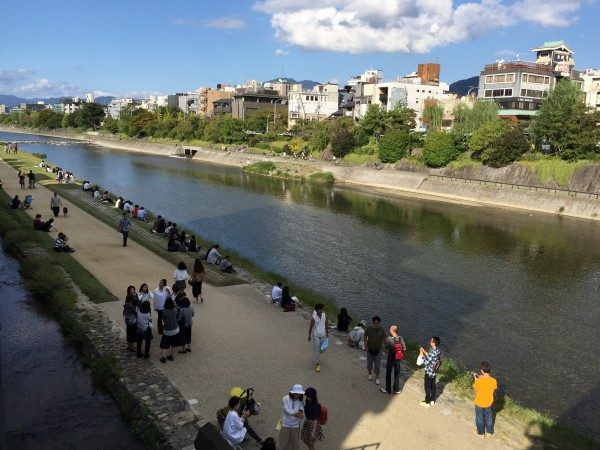 鴨川縁に並ぶ観光客やカップルたちは京都名物です。