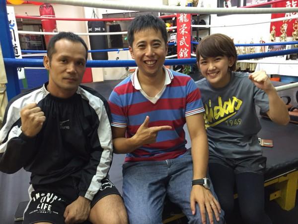 及川政浩さん(左)とMIOさん(右)に囲まれた記者 photo by ARIKIN