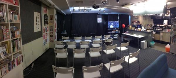客席と舞台。大きな液晶テレビがあります。