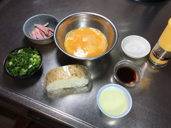 珍しい卵焼きの材料です。長芋は皮むく直前までラップに包んでいました。