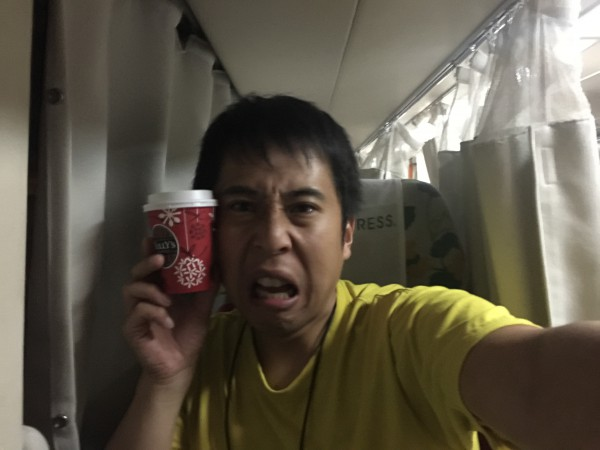幕張駅前のタリーズのコーヒー(ホット)とともに車内へ。コーヒー置く場所すら無いぞ~(^_^.)