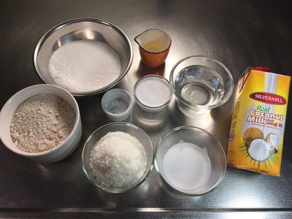 ココナッツミルクはスリランカで購入(写真右)。上新粉がなければ米粉でも代用可能です。
