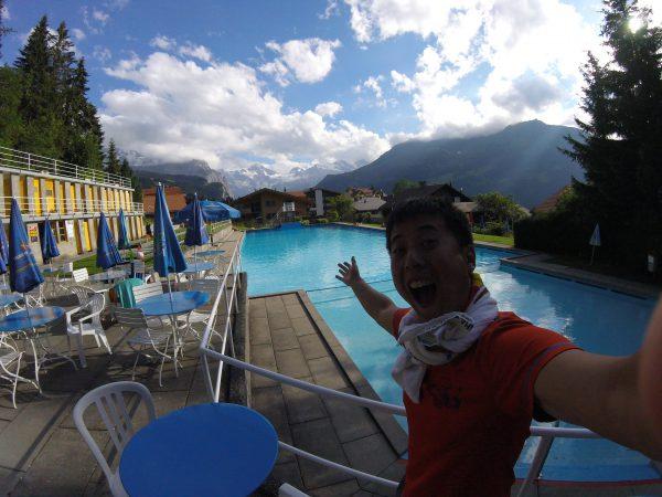アルプスの山々を目の前にプールで泳ぐ。とても楽しかったです!