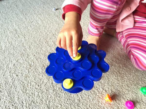 土台と幹と枝葉と駒の4パートに分かれたおもちゃ。単純明快なルールで3歳から楽しめます!