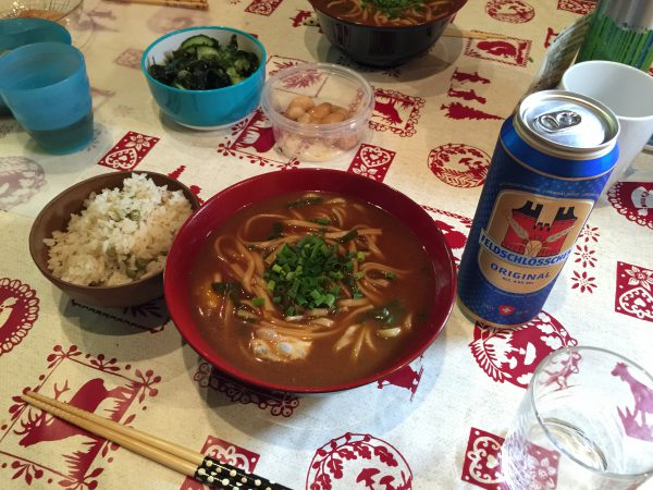 昼食は愛知県の味噌うどんと豆ごはん。日本から9000km離れたスイスで食べる日本食は格別です。