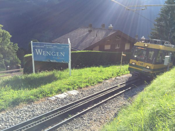 Wengernalpbahn (WAB) 鉄道と【さよなら】看板。