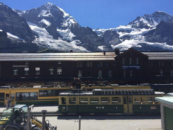 Kleine Scheidegg駅に到着。標高2061メートル。アイガー・メンヒ・ユングフラウのアルプス三山が一望できます!