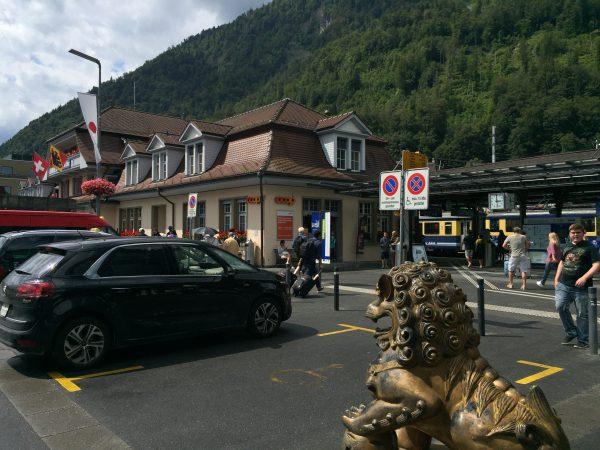 Interlaken Ost駅前。一番目立つところに日の丸が掛かっています!
