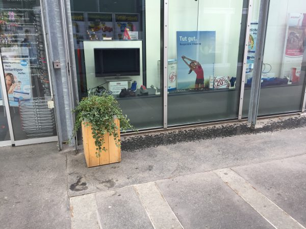 COOP Interalaken-Ost駅前店の横の薬局にあるはずの牛の乗り物がありません…