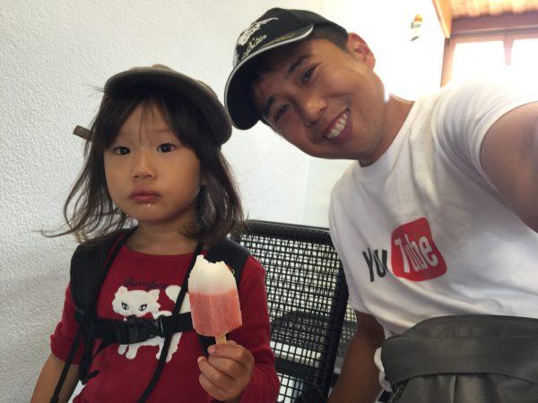 牛に乗れなかった代わりにRakete(アイス)を購入。暑かったのもあり放心状態で食べていました。