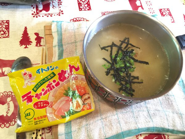 朝食はイトメン(兵庫県たつの市)のチャンポンめん。鍋ごとワイルドにいただきます!