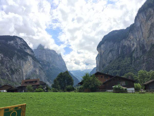 LauterbrunnenのU字谷。雲がかかっていますが空気が澄んではっきりと谷が見えます!