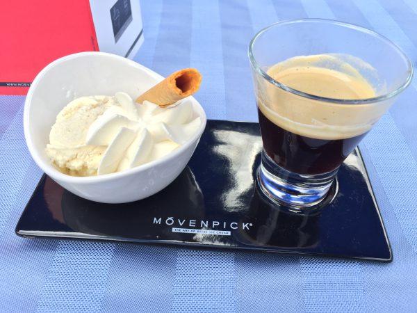ブリエンツ湖畔のレストランでアイスクリームをパクリ!甘いのとエスプレッソの苦いので最高の組み合わせでした。