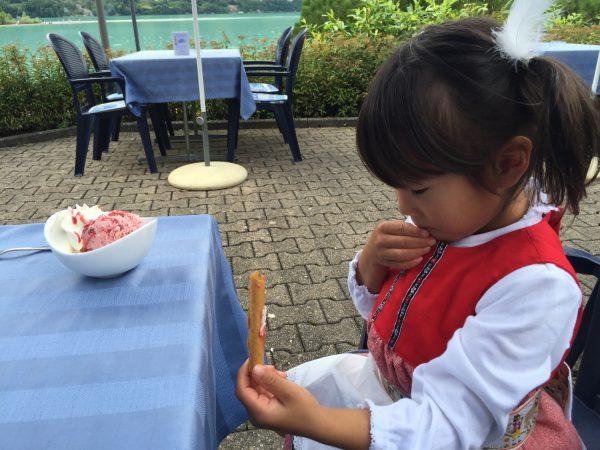 【アルプスの少女ハイジ】にふんした娘もストロベリーアイスをペロリ!