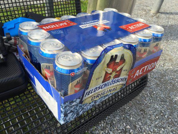 WengenのCOOPで発見した40%引きのビール。500mlの缶ビール24本の重さは伊達ではありません…