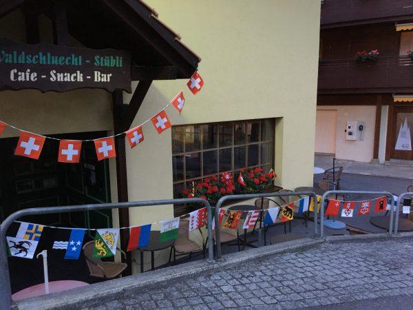 村のいたる所にスイス国旗や州旗が飾られています。これもスイスの建国記念日ならではの風景です!