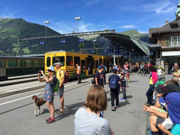 快晴の中1274mのWengen駅。ここ最近の曇り空もあり大勢の人々で賑わっています!