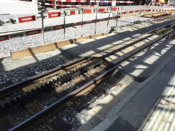Lauterbrunnen-Interlaken Ost間を走るBOB鉄道。3本レールと2本レールが混在する珍しい路線です。