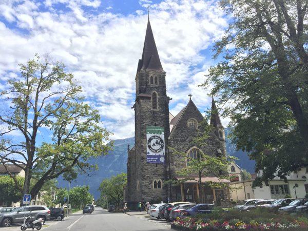 友好の庭公園の裏にある立派な教会。