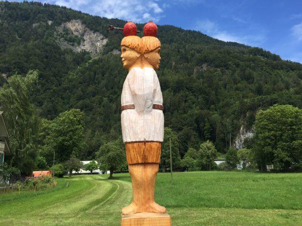 記念公園のウィリアムテルの木彫。