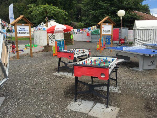 記念公園内の遊具の数々。卓球台にサッカーおもちゃまで!