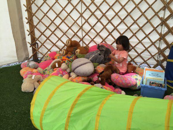 ゲル内には沢山のおもちゃが!娘はお目当てのぬいぐるみを見つけて大はしゃぎ。