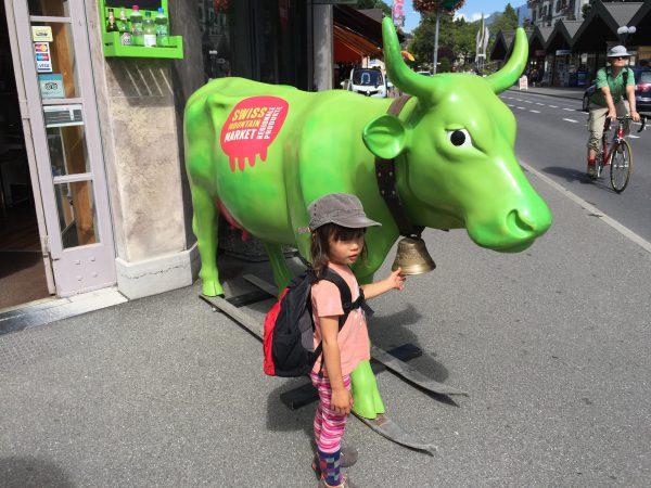 メインストリート沿いの緑の牛さんは娘のお気に入りです!